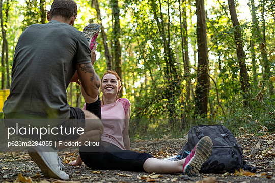 Young couple exercising on dirt track in forest - p623m2294855 by Frederic Cirou