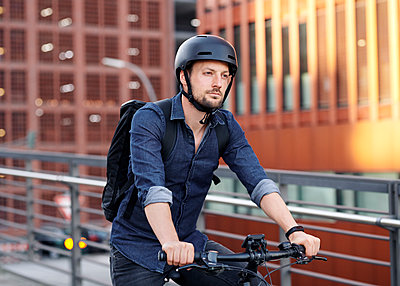 Bicycle courier riding an electric bike - p1124m2053000 by Willing-Holtz