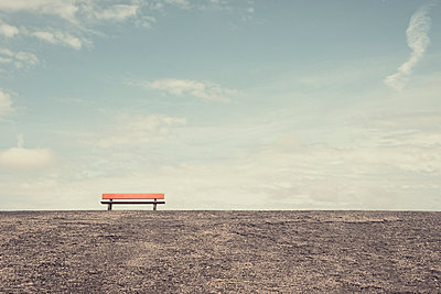 Rote Bank auf dem Deich von St. Peter-Ording - p1162m1461831 von Ralf Wilken
