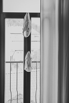 Unterhosen trocknen am Fensterrahmen - p1267m2228243 von Jörg Meier