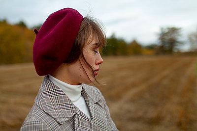 Woman wearing beret, portrait - p1646m2253840 by Slava Chistyakov