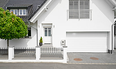 Germany, Cologne, white new built one-family house with garage - p300m1587714 by Philipp Dimitri