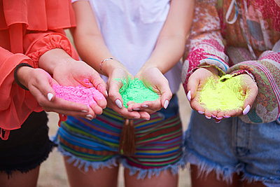 Holi colors in hands of women - p300m2004691 by gpointstudio