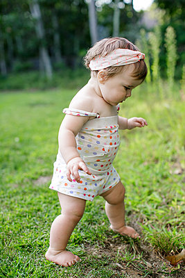 Barefoot female toddler in garden - p924m1404263 by Sasha Gulish