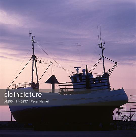 Schiff auf Werft im Hafen von Svaneke - p1258m1146237 von Peter Hamel