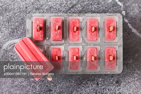 Homemade strawberry ice lollies in tray - p300m1587191 von Retales Botijero