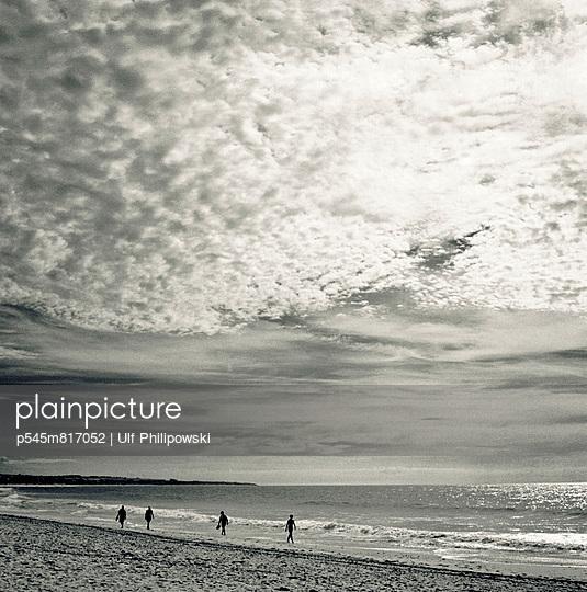 Spaziergang am Meer - p545m817052 von Ulf Philipowski