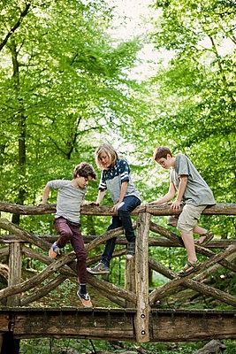 Drei Jungen beim Klettern auf einer Brücke - p1195m1138121 von Kathrin Brunnhofer
