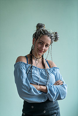 Young woman with dreadlocks - p427m2081836 by Ralf Mohr