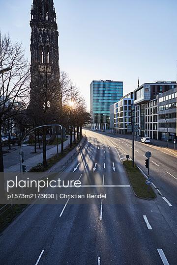 Empty Places - Hamburg, Willy-Brandt-Straße - p1573m2173690 von Christian Bendel