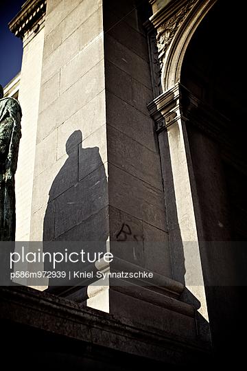 Schatten einer Statue vor einem Monumentalbau - p586m972939 von Kniel Synnatzschke