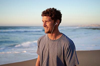 Man on beach, portrait - p1124m1510943 by Willing-Holtz