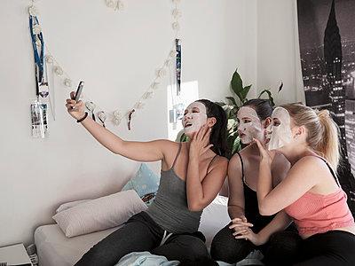Selfie mit Gesichtsmasken - p1383m2045105 von Wolfgang Steiner