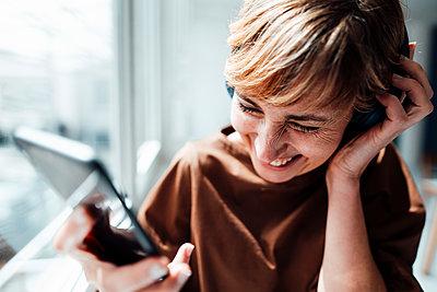 Deutschland, NRW, Essen, Business, Frau, 42 Jahre, Geschäftsfrau, Arbeit, Beruf, kurze Haare, Casual Business - p300m2290563 von Joseffson