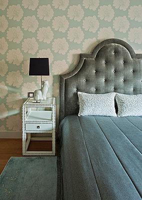 Bett im Schlafzimmer - p390m1011418 von Frank Herfort