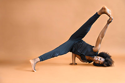 African woman with Afro hairdo practices gymnastics - p427m2285214 by Ralf Mohr