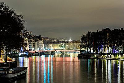 Lyon mit dem Fluss Saone bei Nacht - p910m1467715 von Philippe Lesprit