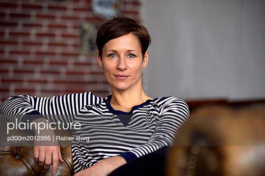 Portrait of an attractive, independent woman - p300m2012995 von Rainer Berg