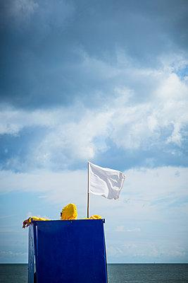 White flag - p1062m953633 by Viviana Falcomer