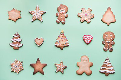 Rows of various gingerbread decorated with sugar icing on bright green ground - p300m2004699 von skabarcat