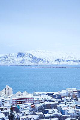 Reykjavik im Schnee - p606m960653 von Iris Friedrich