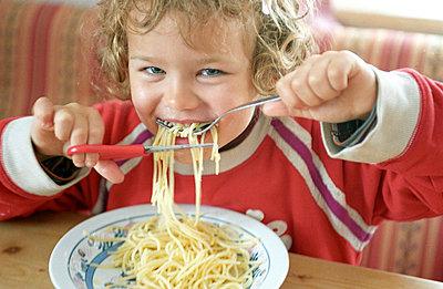 Spaghetti mit Schere essen - p0030374 von Carolin
