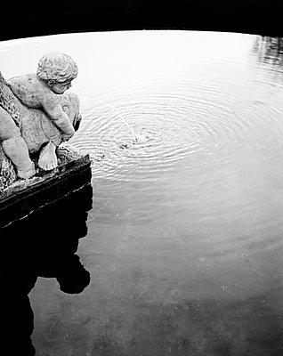 Statue zweier Kinder beim Fischfang in einem Brunnen in Bamberg II - p1493m1585655 von Alexander Mertsch