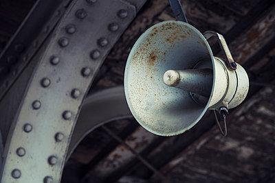 Bahnhofslautsprecher - p330m890871 von Harald Braun