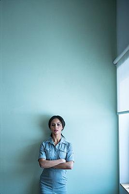 Junge Frau mit verschränkten Armen - p427m1541630 von R. Mohr