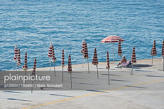 Sonnenschirme auf der Promenade - p1292m1169460 von Niels Schubert