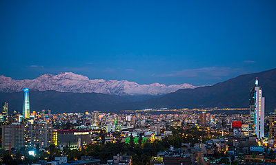elevated view of Santiago de Chile in the evening - p1166m2192137 by Cavan Images