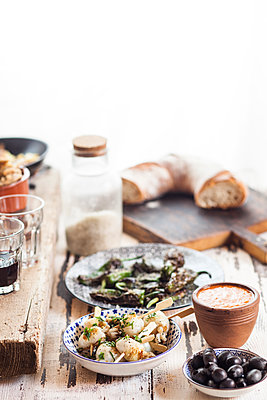 Tapas: grilled sepia, olives, Pimientos de padron, Mojo sauce and bread - p300m1156647 by Susan Brooks-Dammann