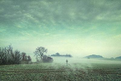Man on field in fog, composite - p300m1459785 by Dirk Wüstenhagen