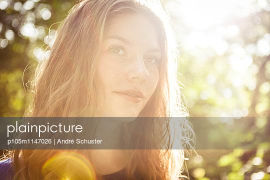 Portrait bei Gegenlicht - p105m1147026 von André Schuster