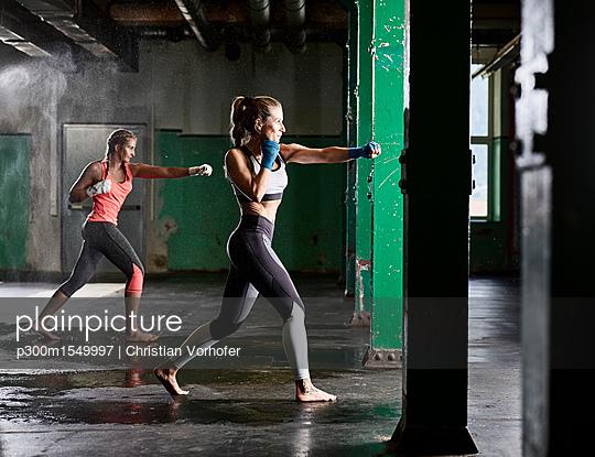 plainpicture   Photo library for authentic images - plainpicture p300m1549997 - Two women having martial ar... - plainpicture/Westend61/Christian Vorhofer