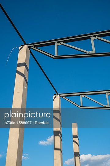 Betonpfeiler auf einer Baustelle - p739m1588997 von Baertels