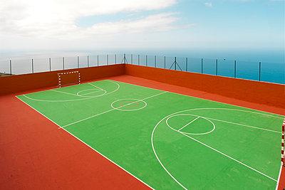 Handballfeld auf La Palma hoch über dem Atlanik - p1162m1461819 von Ralf Wilken
