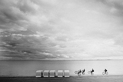 Biker an der Nordsee - p1510m2030865 von Ingrid Amenda