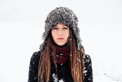 Portrait of serious young woman in winter - p300m2181182 by Wilfried Feder