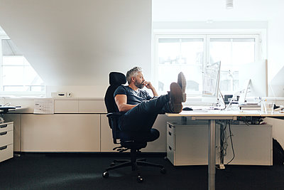 Man at an office desk - p352m1523880 by Folio Images