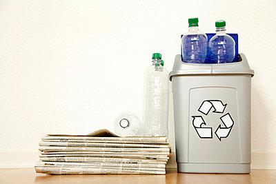 Zeitungen und Plastikflaschen in - p4736762f von STOCK4B-RF
