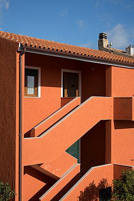 Treppenaufgang am Haus an der Außenseite - p930m1222014 von Ignatio Bravo