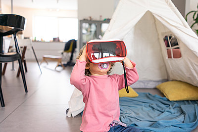 Little girl playing with VR goggles - p300m2083458 by Joseffson