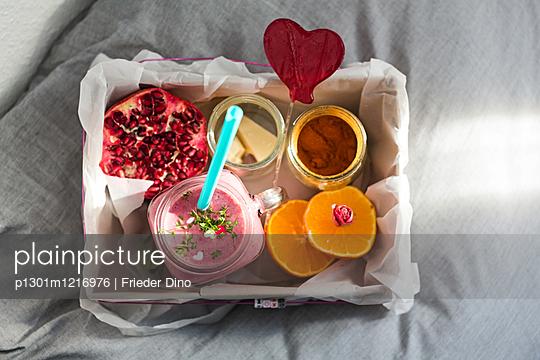 Kiste mit Frühstück im Bett - p1301m1216976 von Delia Baum
