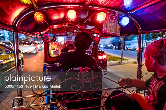 Thailand, Bangkok, boy riding Tuk-Tuk Taxi - p300m1587169 von Markus Mielek