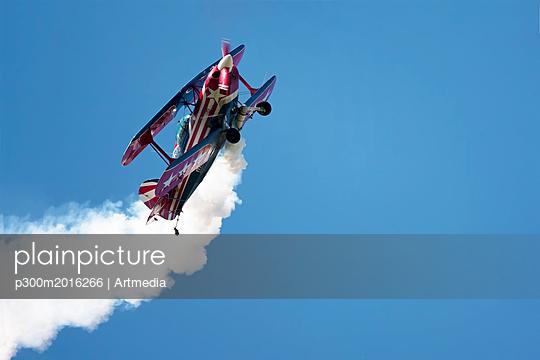 Acrobatic flying - p300m2016266 von Artmedia
