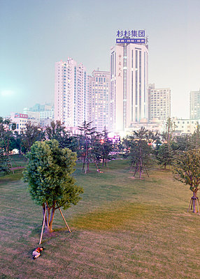 Shanghai: Sleeping man in the park - p2686835 by Matthias Schmiedel
