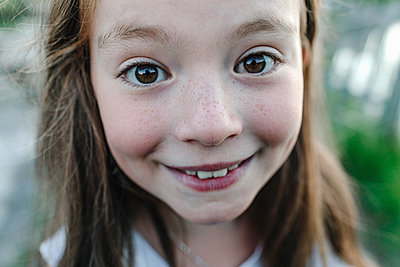 Smiling girl looking at camera - p300m2227064 by Oxana Guryanova