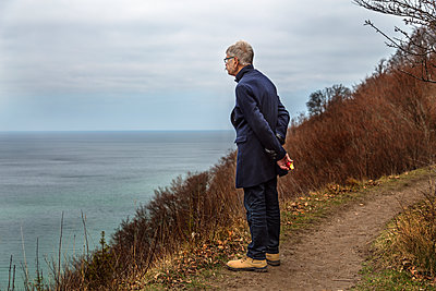 Man looking at sea - p312m2139549 by Pernille Tofte