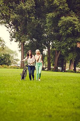 Ausflug mit Freundin - p904m932247 von Stefanie Päffgen